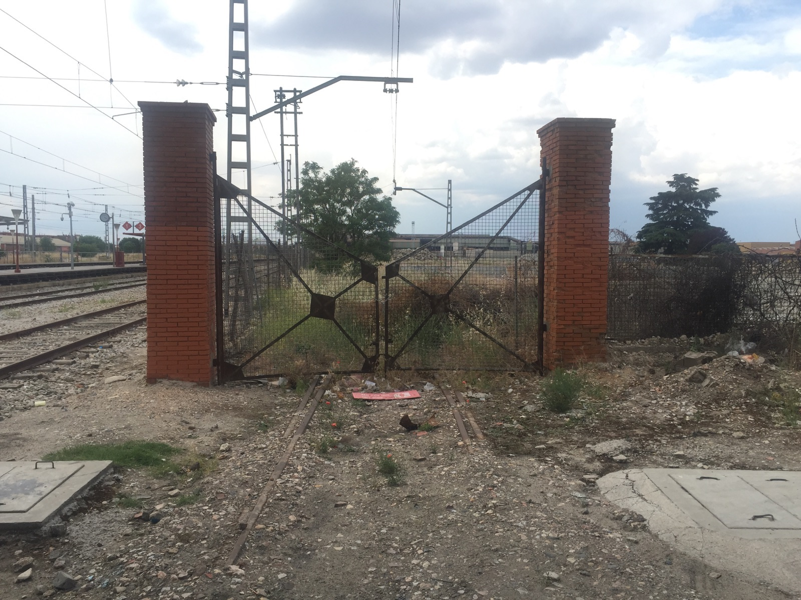 Al detalle puerta antigua f brica uralita amigos de la - Fabrica puertas madrid ...